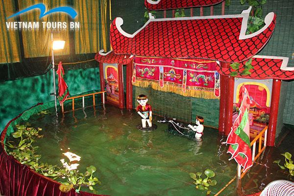 Regarder le spectacle de marionnettes sur l'eau